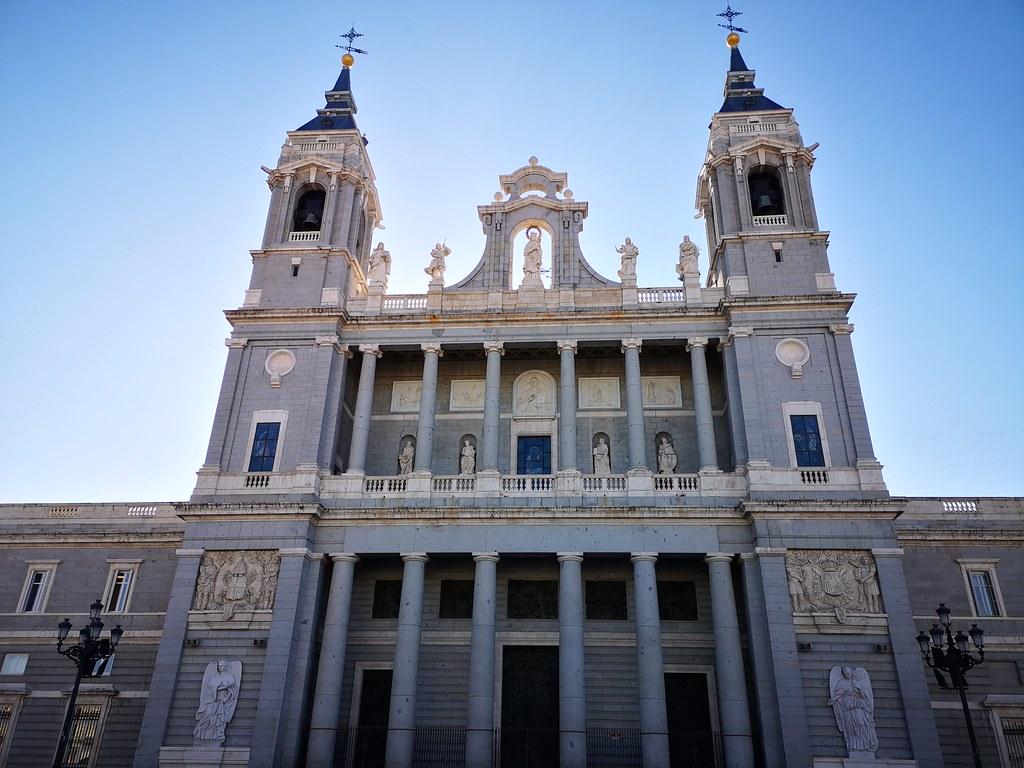 fachada Norte exterior Catedral Santa Maria la Real de la Almudena Madrid 04