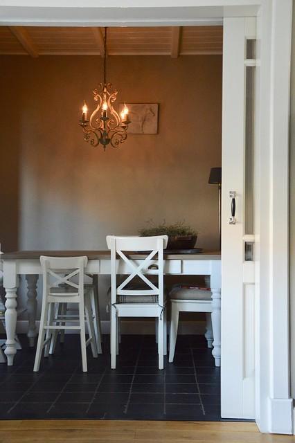 Kroonluchter verschillende stoelen eettafel
