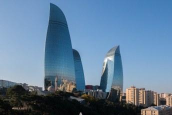 's Avonds worden op de torens afwisselend de vlag van Azerbeidzjan, reclame én vlammen geprojecteerd.