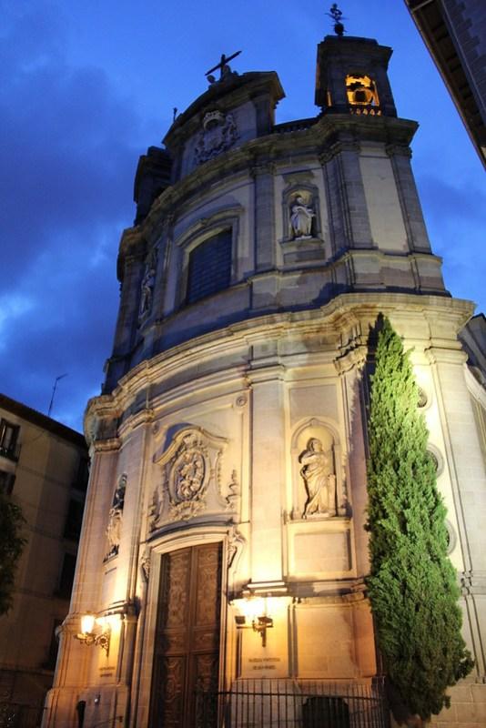 exterior de noche Basilica Pontificia de San Miguel Madrid