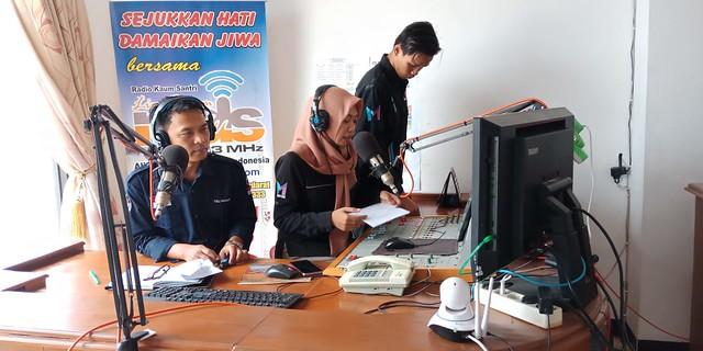 Komisioner KPU Tulungagung Mohammad Khoirul Anam saat mengisi acara di Radio MDS FM (1/11)