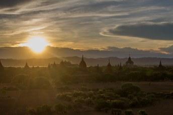eindelijk is het zover, de zonsondergang boven Bagan