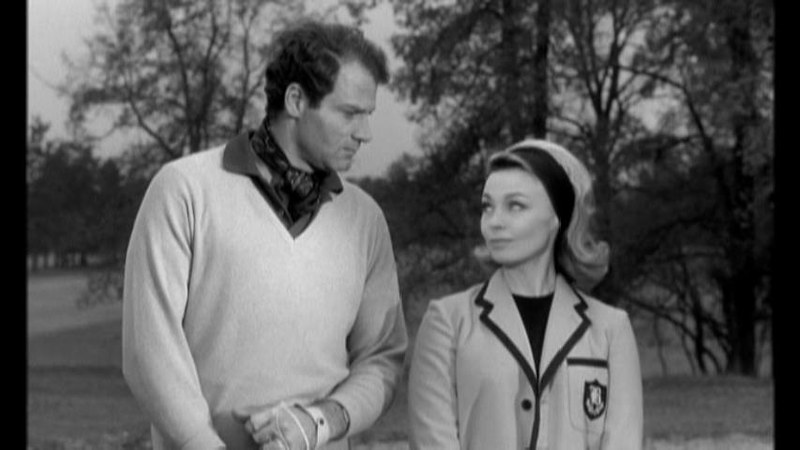 前日の俺のエッチは最高だっただろうと確認して、恋人関係に迫るクリスチャンと、軽くあしらうアントニア。彼は注意散漫でゴルフに集中できずコンペ優勝を逃しました。映画「パリジェンヌ」より。
