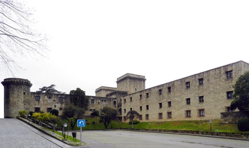 exterior Castillo palacio de los Condes de Oropesa parador de turismo de Carlos V Jarandilla de la Vera Caceres 02