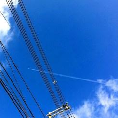飛行機が電線を突き抜けていくよ‼