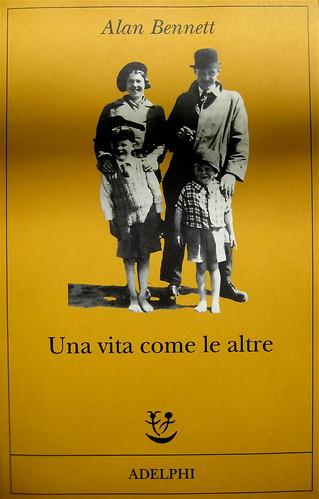 """Alan Bennet, Una vita come le altre, Adelphi, 2010, [responsabilità grafica non indicata]; """"In copertina: La famiglia Bennet al mare (1938)"""", cop. (part.), 1"""