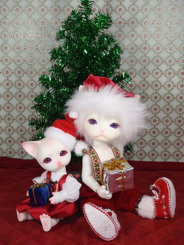 Phyzzlpyph & Horatio in front of the Christmas Tree