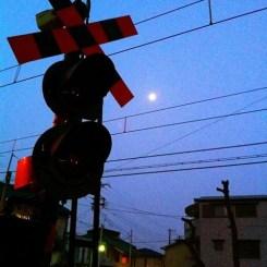 ( ^ω^)( -ω-)( _ _)おはよ!  踏切と月