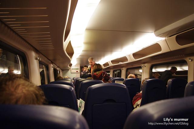 第二層車廂內的樣子,要去中央區的旅客很多,把座位都塞滿了,是不劃位的自由座。