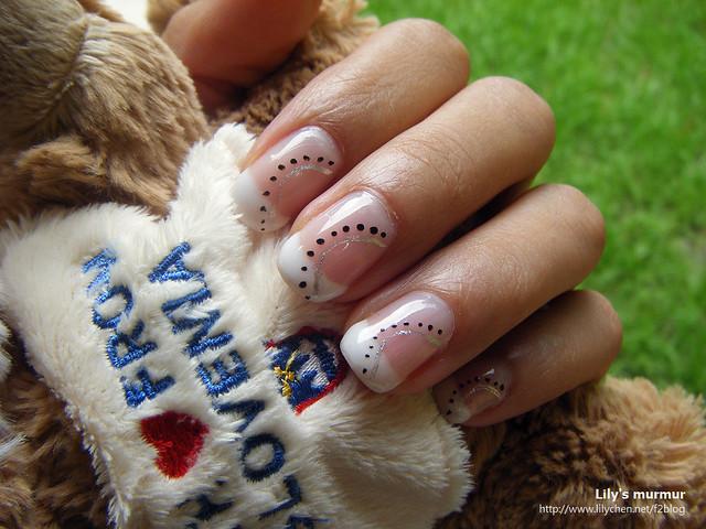 尼大妹幫我做的法式指甲,美麗吧!被我抓來當背景拍照的熊,是尼的小妹送我的可愛小熊,上面寫著Love Slovenia。