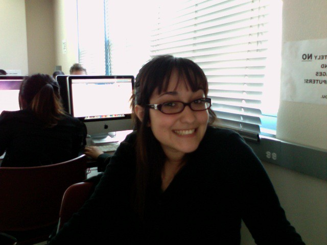 Photo of Ivanna Quiroz in journalism lab at SF State