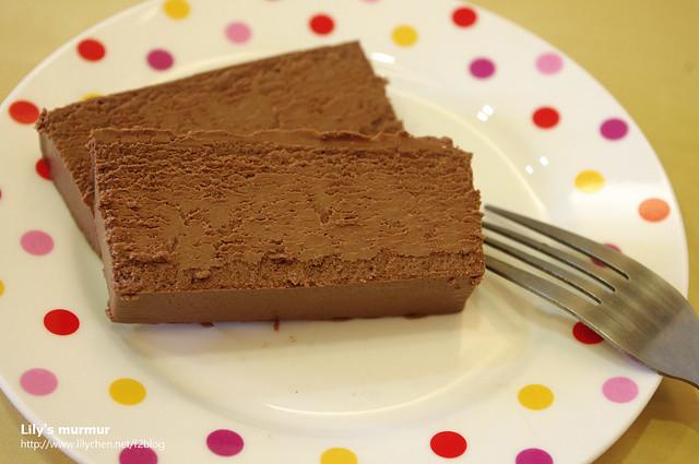 切了兩塊跟尼一起分享,真的是很濃郁的巧克力乳酪蛋糕,口味很創新及特別。