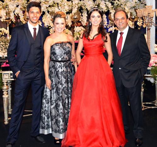 A família reunida,com Victor, Mary, Bruna e Luciano, recebendo os convidados
