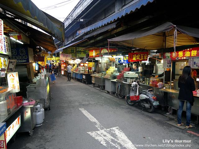 東門夜市入口處,上網查在橋下兩側都是美食居多,在橋後方延伸出去的就有衣服雜貨跟五金等。