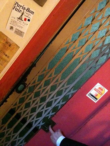 すごい、、イマドキ手動のエレベーターがある!レトロだあ。