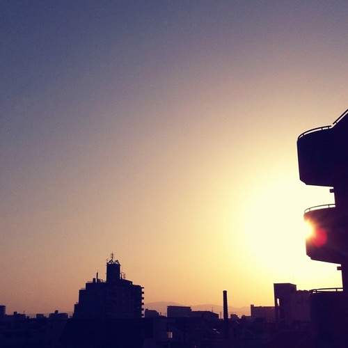(^o^)ノ < おはよー! 今朝の大阪、朝日がまぶし~! #Osaka #sunrise
