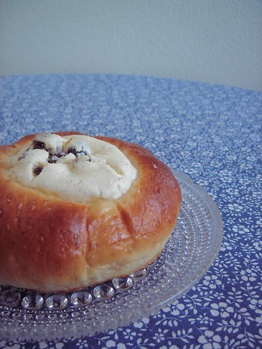 Bun filled with quark and raisins