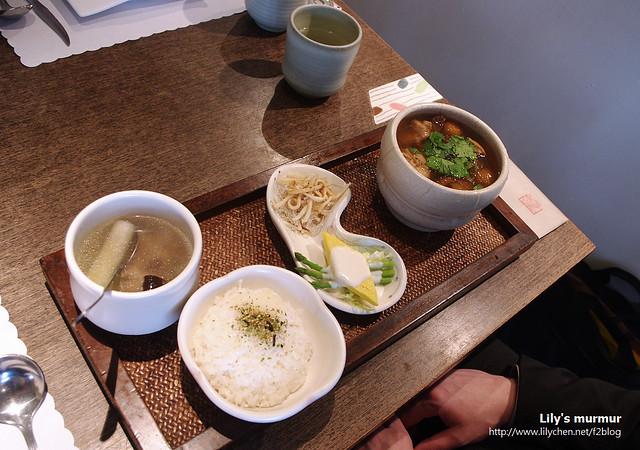 這是尼點的佛跳牆套餐,其實還不錯吃,佛跳牆那一小盅裡面肉超多...但是口味外國人不見得可以吃得慣。
