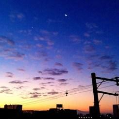 (^o^)ノ < おはよー! 今朝の大阪、三日月出てます。