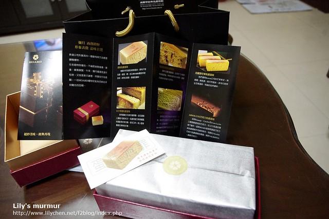 禾雅堂蛋糕DM以及把蛋糕外禾打開的樣子,有一層錫箔紙包著蛋糕。