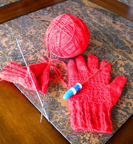 tejiendo guantes