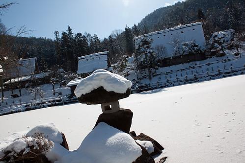 La aldea y su lago congelado