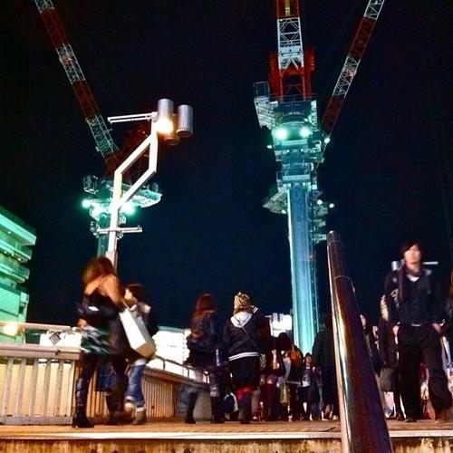 この角度でクレーン見るの好きだな!人と一緒に撮れるからね。みなさん、今日もお疲れ様でした。☆。.:*:・'゜ヽ( ´ー`)ノ まったね~♪ #crane #Osaka #Abeno #night