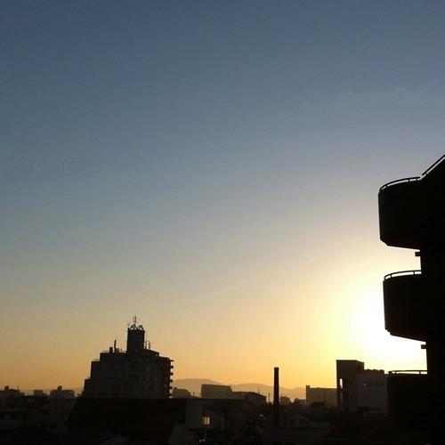 (^o^)ノ < おはよー! 今朝の大阪、快晴だぁ~! 今日も笑顔でがんばろ~! #Osaka #sunrise