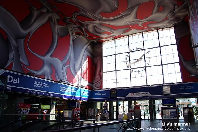 奧地利Meilding火車站的內部,那壁畫好美又好壯觀。