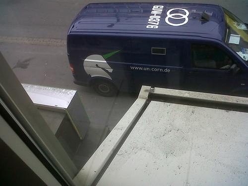 12.21 Uhr: Verdächtiger Transporter vor der Eingangstür