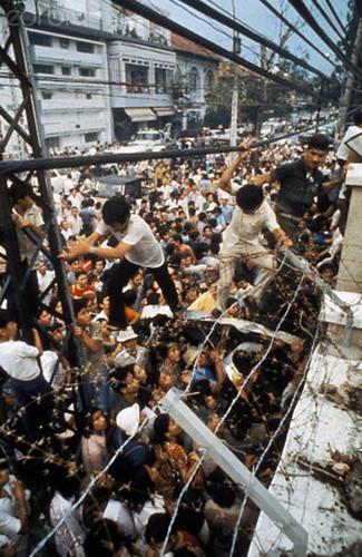 tại cổng sau tòa ĐS Mỹ trên đường Hồng Thập Tự, gần đầu đường Phùng Khắc Khoan