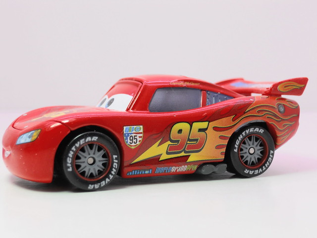 disney cars 2 lightning mcqueen with racing wheels loose (2)