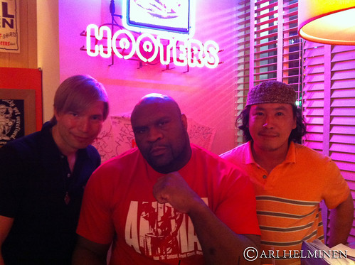 with Bob Sapp フーターズ Hooters, 東京 日本 Tokyo Japan by aginorz