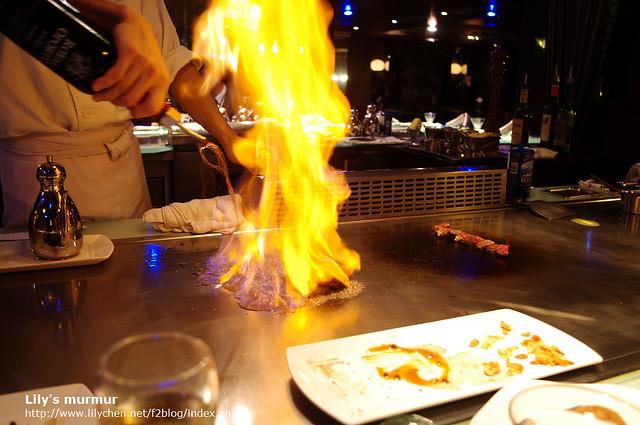 點火把酒精燒去,就在桌前表演得感覺很壯觀,尼看得目不轉睛。