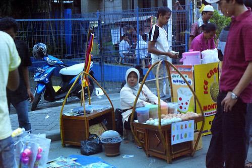 Ibu Penjual Kerak Telor by syamsuladzic