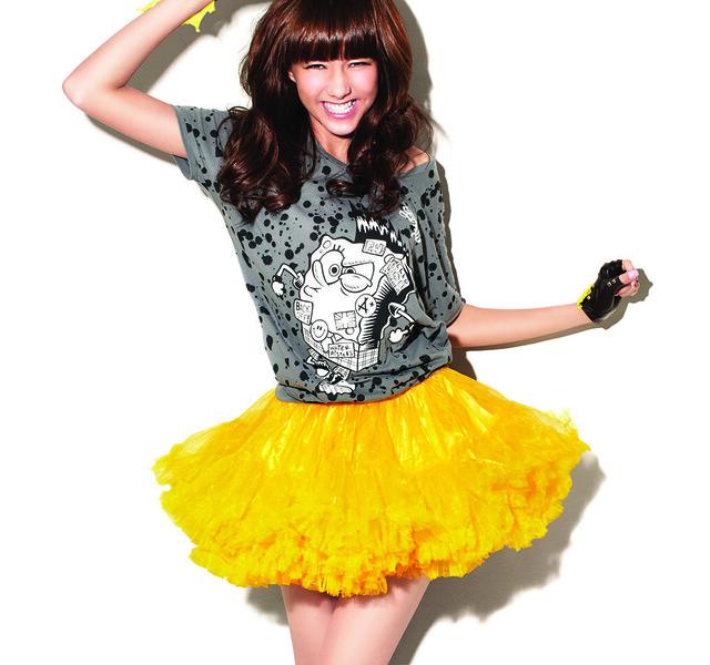 香港青春女星陳嘉桓代言Bossini海綿寶寶授權T恤系列。