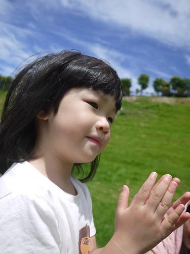 小晴跟著阿姨的歌聲跳起舞來了~~