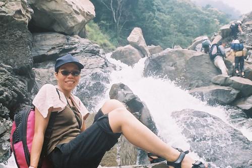 育芬準備要涉水走過瀑布了6