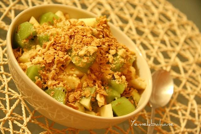 yoğurtlu meyve salatası