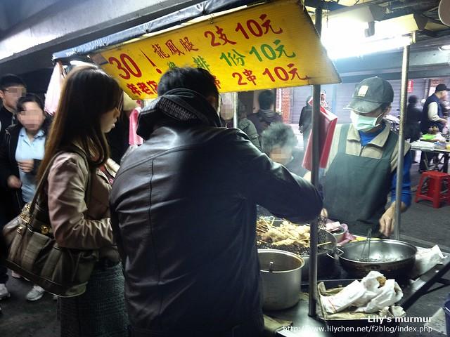 我正在買雞肉串,有看到那個價錢嗎?小塊的雞排只要10塊!