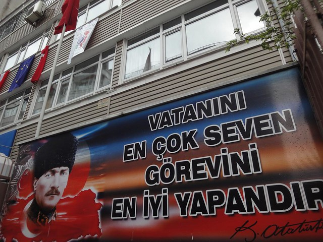 Fotografia com escrita em turco numa escola em Istambul