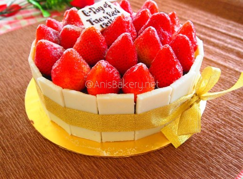 White Chocolate Strawberry Cake