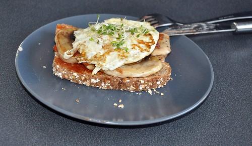 Spiegelei und Pilze auf Toast