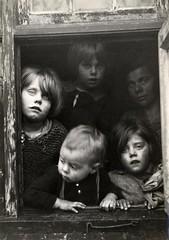 Arme kinderen voor een raam / Poor children lo...