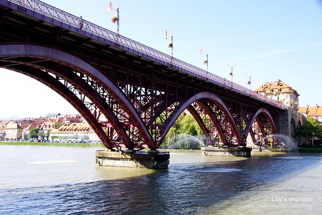近拍老橋,鋼骨結構十分美麗。
