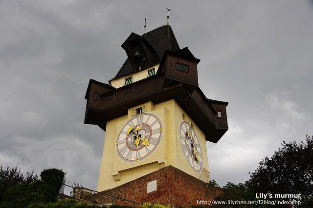 這就是Graz的地標之一:鐘塔,據說設計得很精緻。但天空越來越黑,我們沒能走近細看就趕緊下去了。
