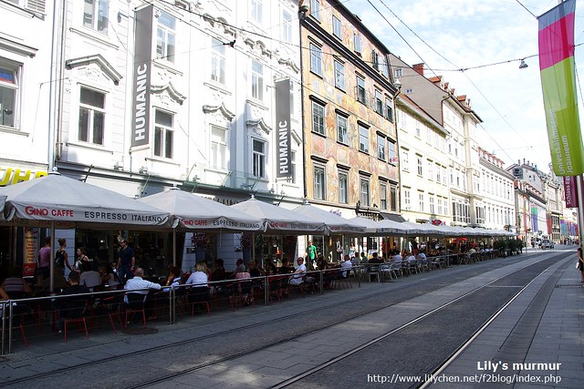 狹小的街道上硬有人行道、露天咖啡座跟兩列路面電車軌道,真的很小。