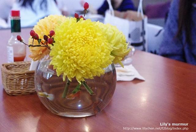 桌上的桌花也很美麗,水缸裡頭還有孔雀魚呢。