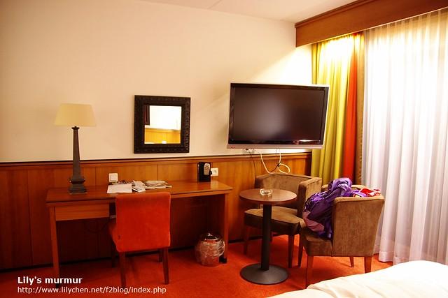 房間內桌椅擺設以及很大的平面電視,看電視要付費,無線網路免錢!