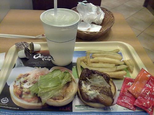 Okonomiyaki Burger de Mos Burger en Singapur.